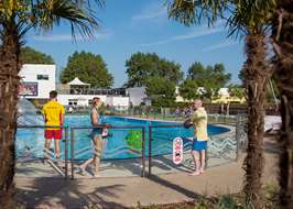 Campsites with swimming pools onsite both indoor and outdoor - Cheddar gorge hotels with swimming pools ...